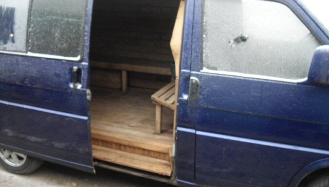 Foto: Lietuvā lēti tirgo mikroautobusu ar iebūvētu pirtiņu