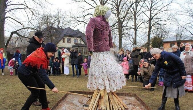 ФОТО: Прощай, зима! Жители Латвии весело и вкусно отметили Масленицу