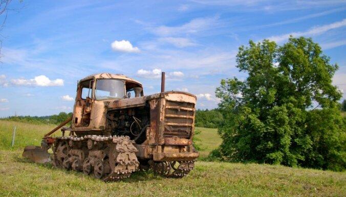Tukuma novadā iereibis traktorists mēģina uzbraukt policistam