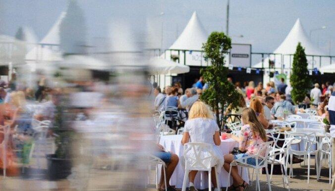 Foto: Rīgas svētku restorāns priecē ar simtgadei veltītām maltītēm