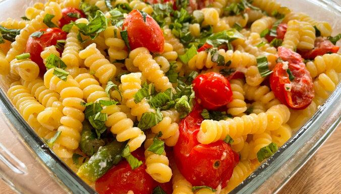 Testējam 'TikTok' receptes: makaroni ar fetas sieru un tomātiem