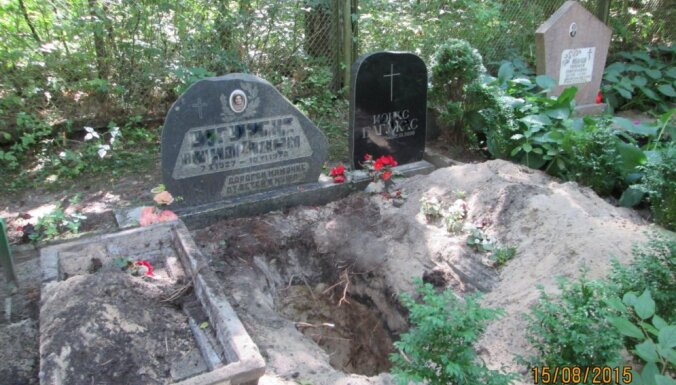ФОТО: Вандалы осквернили могилы на кладбищах в Юрмале и Риге - гробы пропали