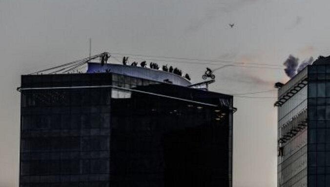 ФОТО, ВИДЕО: С крыши на крышу! В Таллине мотогонщица совершила прыжок на высоте 117 метров