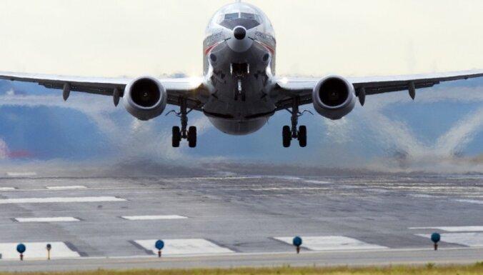 Pazudusī Indonēzijas lidmašīna ar 62 pasažieriem iekritusi jūrā