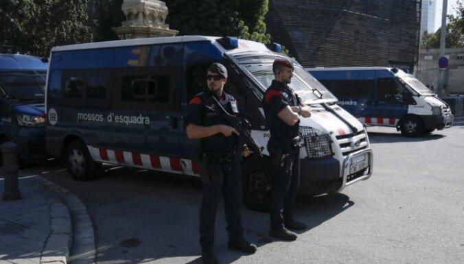 Pirms Pudždemona uzrunas policija bloķē iedzīvotāju piekļuvi Katalonijas parlamentam