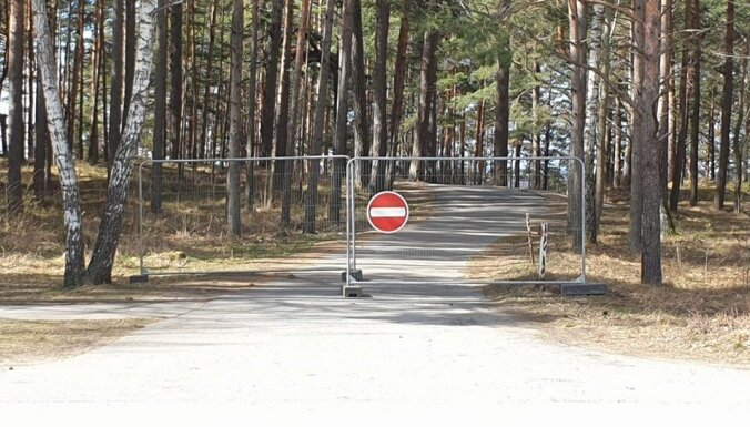 ФОТО: В Саулкрасты закрыли туристические объекты и автостоянки