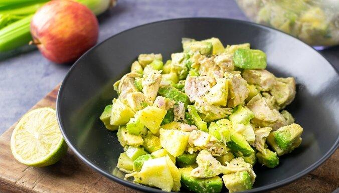 Krēmīgie vistas salāti ar avokado un ābolu