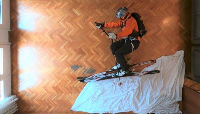 Ceļot četrās sienās: ceļotāji īsina laiku, veidojot asprātīgus video