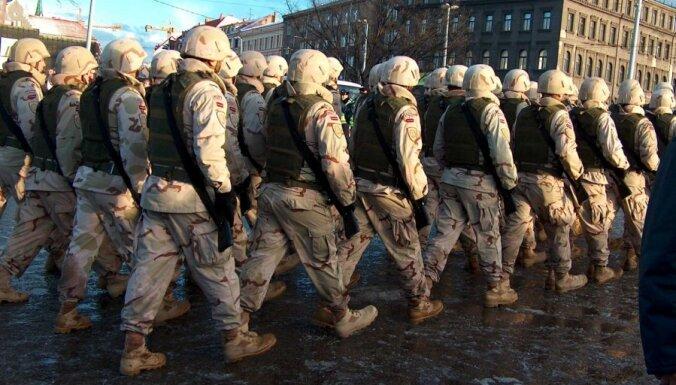 Latvijas armija no Norvēģijas saņems tūkstošiem bruņucepuru, bruņuvestu un 130 militāros transportlīdzekļus