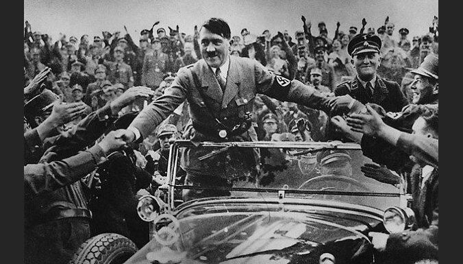 #Ziņas1945: Hitlera Portugāles sulaiņu sēras, Musolīni kliķe un samogonkas brūveri