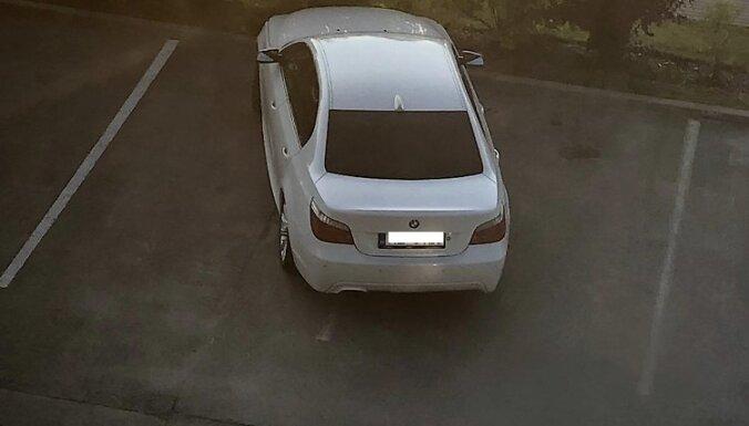 Aculiecinieka foto: 'Autovadītājs regulāri atstāj nevīžīgi noparkotu savu BMW'