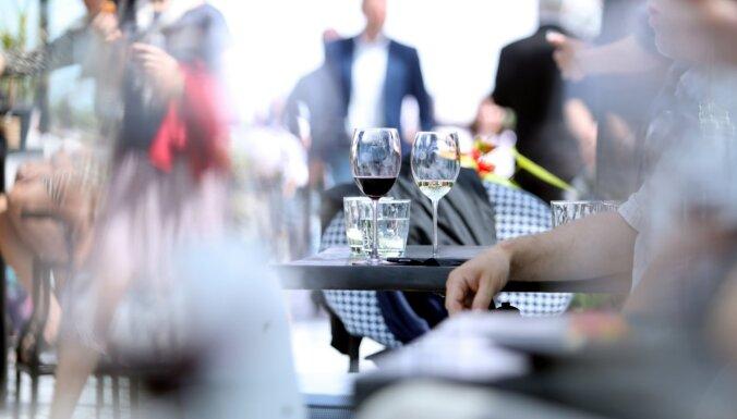 Sabiedriskie ēdinātāji par atvieglojumiem darbam iekštelpās ir priecīgi un bažīgi vienlaikus