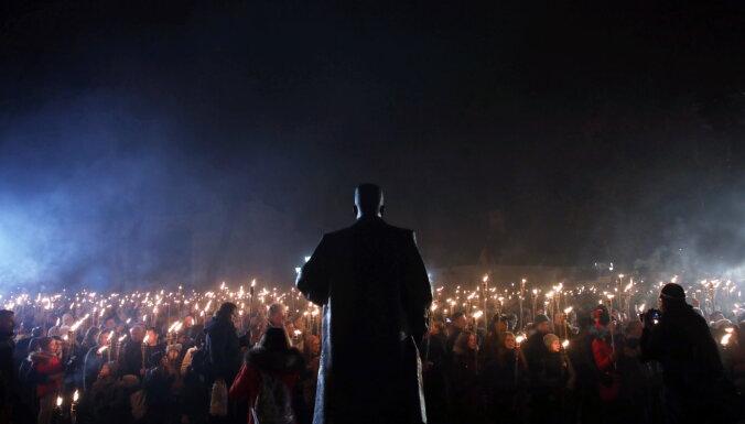 ФОТО, ВИДЕО: В факельном шествии в Риге приняли участие тысячи человек
