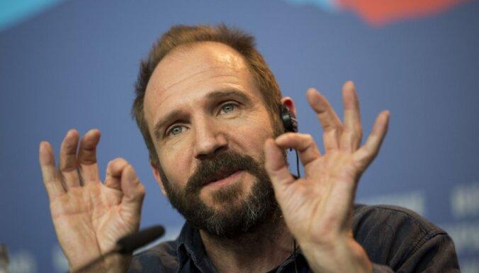 """ВИДЕО: На премьере """"007: Спектр"""" Рэйф Файнс произнес речь по-русски"""