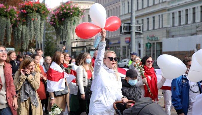ФОТО: в шествии в поддержку белорусских женщин в Риге приняли участие более 60 человек