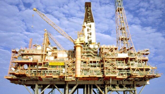 Rekordaugstā naftas ieguve Saūda Arābijā liek kristies 'melnā zelta' cenai