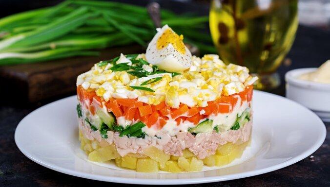 Kārtainie mencu aknu salāti svētku galdam