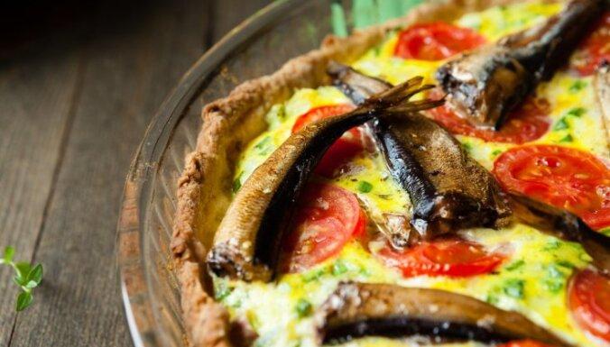 Sāļais pīrāgs ar šprotēm un tomātiem