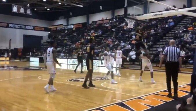 Video: Basketbolists pārlec pāri pretiniekam un satricina grozu