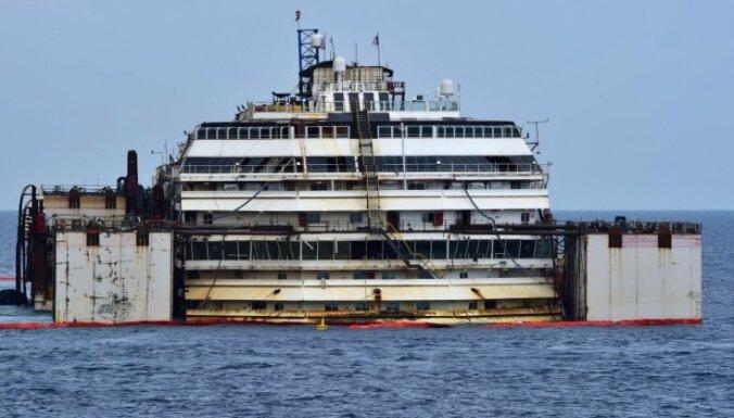 Kuģis 'Costa Concordia' atkal kļuvis peldošs