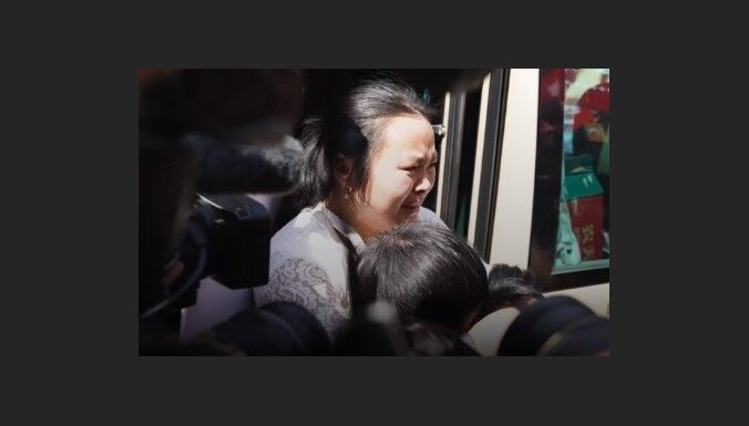 Aizkustinoši kadri: Ģimene Ķīnā atrod pirms 24 gadiem pazudušu meitu