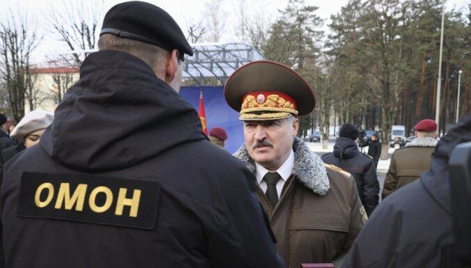 Lukašenko apbalvo omoniešus un kļūst par 'kaujinieku' – saņem pretī melno bereti