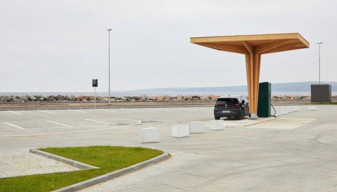 Trīs Latvijas uzņēmumi Dānijā būvēs elektroauto uzlādes stacijas no līmētā koka