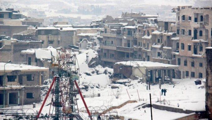 Foto: Sīrijas kaujaslaukus pārklāj sniegs
