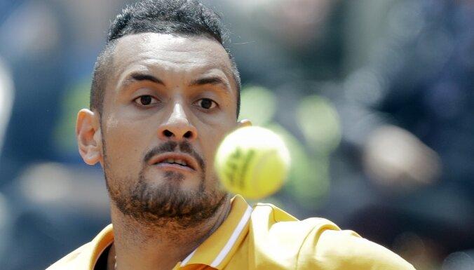 Video: Kiris atkal ālējas kortā un pamet Romas turnīra maču