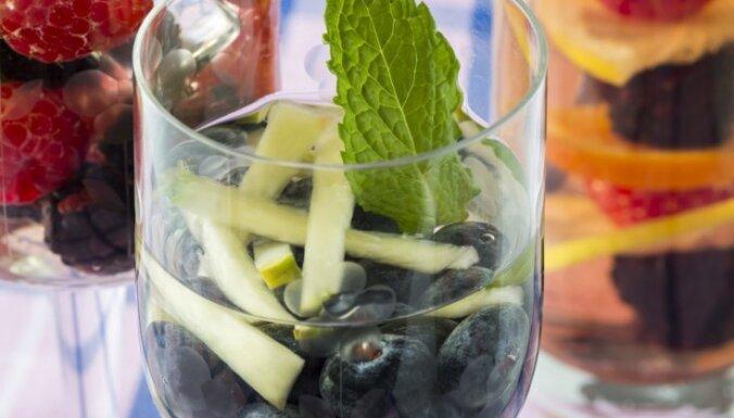 Atveldzējies garšīgi! 13 aromātiski varianti, kā uzlabot dzeramo ūdeni