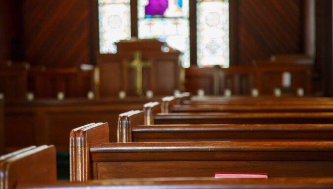'Kritušie eņģeļi' – 7 garīdznieki, kuri 'saķērušies' ar baznīcu Latvijā