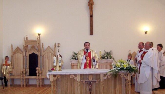 Bīskaps: priesteris Zeiļa no apcietinājuma vietas nogādāts slimnīcā