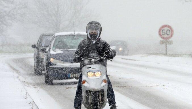 Sniegputenis rada satiksmes traucējumus Eiropā