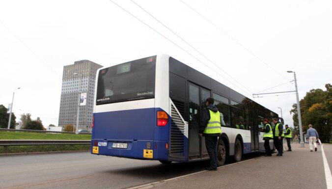 Контролеры Rīgas satiksme за месяц высадили из общественного транспорта 1011 пассажиров без масок