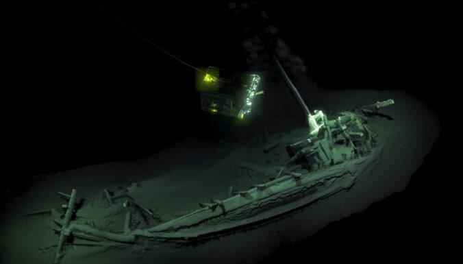 Melnajā jūrā atrasts pasaulē senākais veselais kuģis