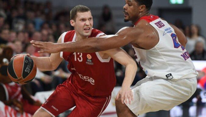 Bamberg Janis Strelnieks vs CSKA forward Kyle Hines