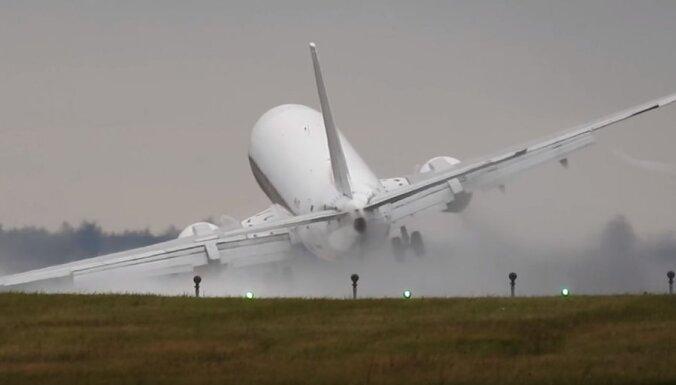 Video: Ko spēcīgs vējš Prāgā izdarīja ar lielu 'Boeing'