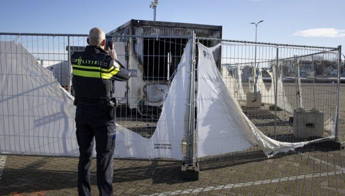 Protestējot pret komandantstundu, jaunieši Nīderlandē nodedzina Covid-19 testēšanas centru