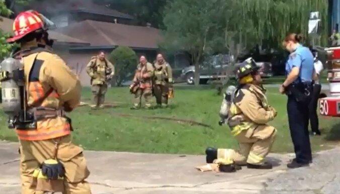 Video: ASV glābējs inscenē ugunsgrēku, lai bildinātu mīļoto