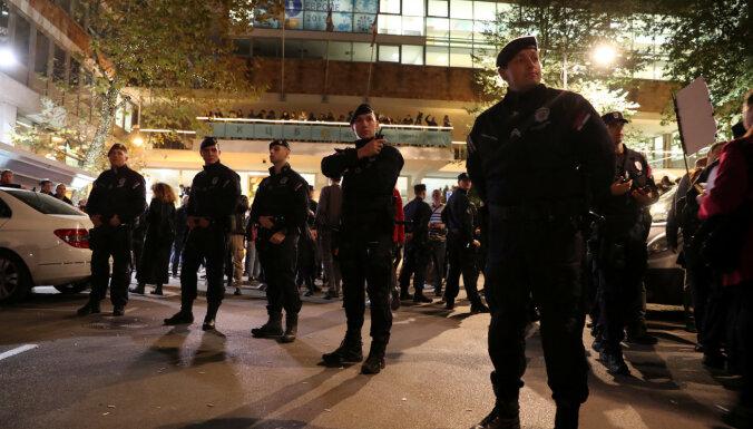 Protestu dēļ Serbijas prezidentam uz interviju jāierodas pa sānu ieeju