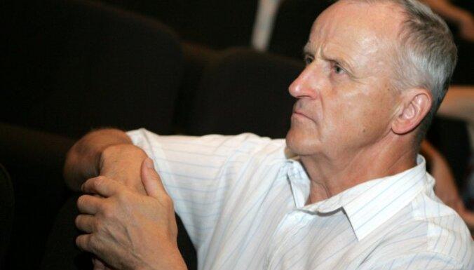 Pēteris Liepiņš ar apsaimniekotājiem gadiem cīnās pret nekārtību pie mājas Rīgā, vēsta laikraksts