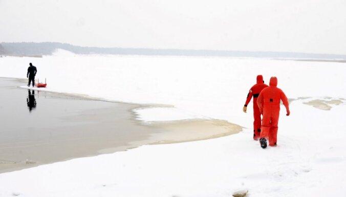 Ar sniega motociklu Daugavā ielūzušais vīrietis atrasts miris