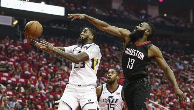 'Jazz' basketbolisti viesos apbēdina dueļa favorīti 'Rockets'