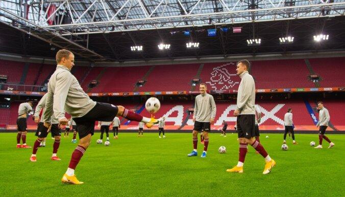 Foto: Latvijas futbolisti gatavojas spēlei pret 'oranžajām' zvaigznēm