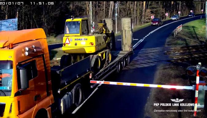 Video: Polijā šoferis nepagūst šķērsot slēgtu dzelzceļa pārbrauktuvi