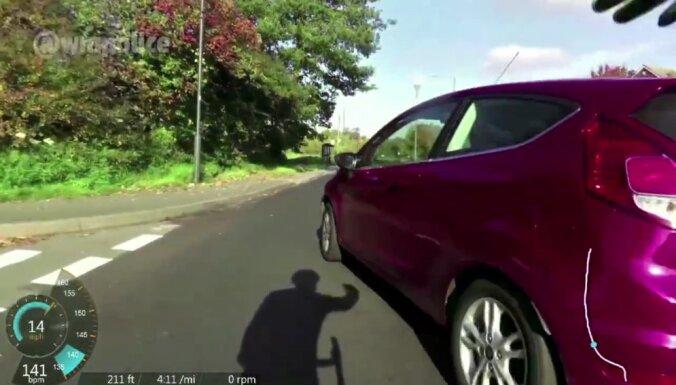 Video: Lielbritānijā policisti - velosipēdi tvarsta bezkaunīgus autovadītājus