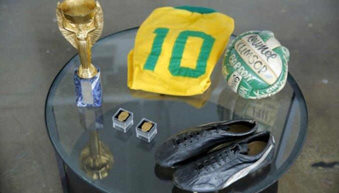 75-летний Король футбола решил выставить на аукцион все свои награды