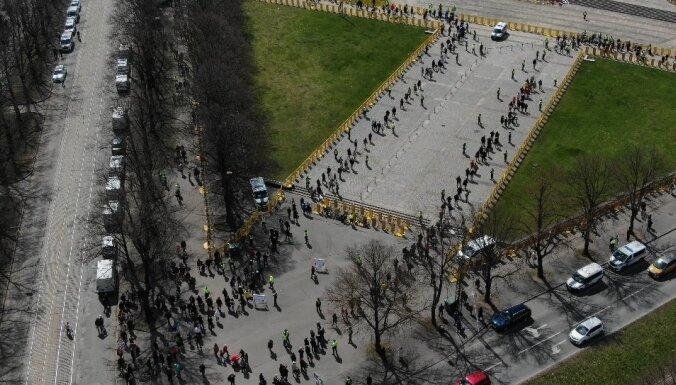 Video: Policija liedz tiešu piekļuvi piemineklim Uzvaras parkā; cilvēki pulcējas garā rindā