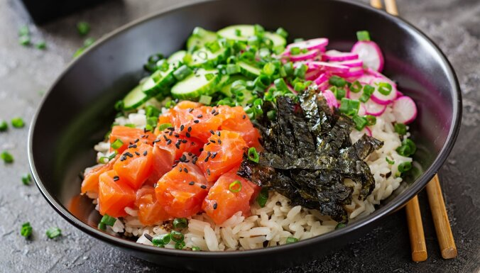 Kā pagatavot suši salātus: noderīgi padomi un receptes slinkiem suši rullētājiem