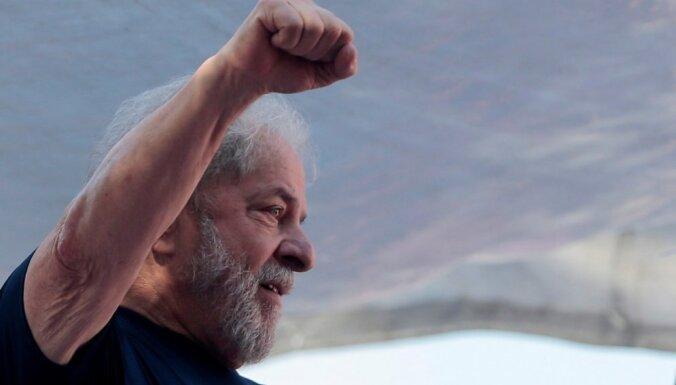 Notiesātais Brazīlijas eksprezidents izsaka gatavību padoties varas iestādēm